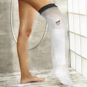 高性能の理由はシール部に  シール部には、通気性と肌触り のよい日本製ネオプレンを採用。 本体部分はゆったりとして滑りにくく、締め付けられるような 圧迫感のない柔軟な防水素材で できています。 ナイロン製外層が接着された 独立気泡を含むネオプレン ゴムは、大きな防水効果を発揮します。